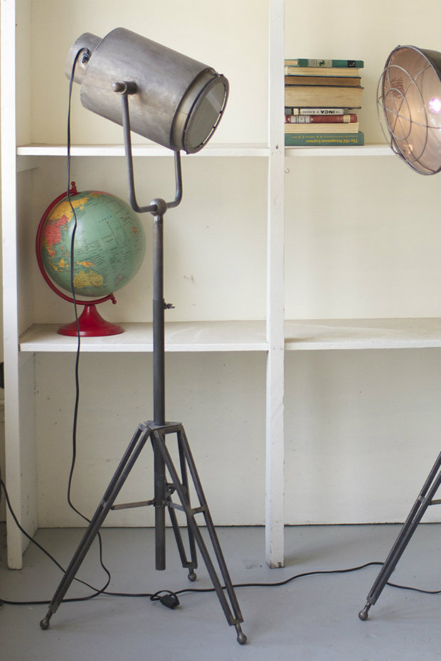 Use floor lamps in your industrial style living room (1)